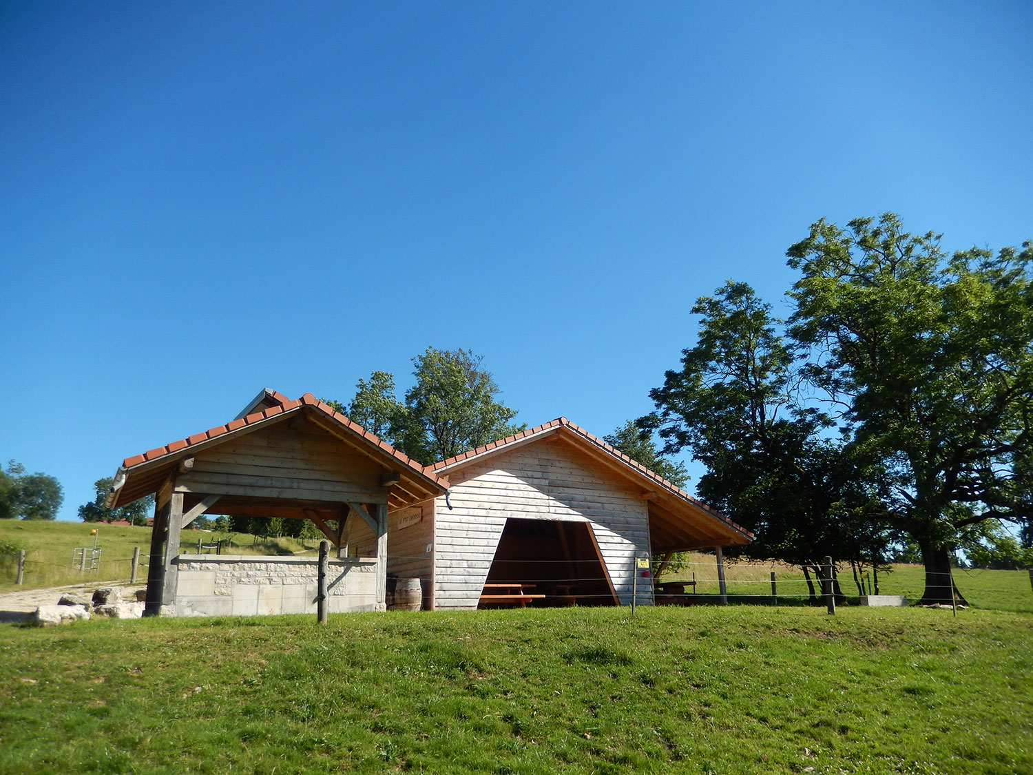 cabane-forestiere-saulcy-jura-suisse-1